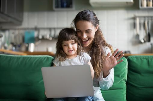 Feliz Madre Y Niño Niña Agitando Las Manos Para Hacer Video Llamada Foto de stock y más banco de imágenes de Adulto