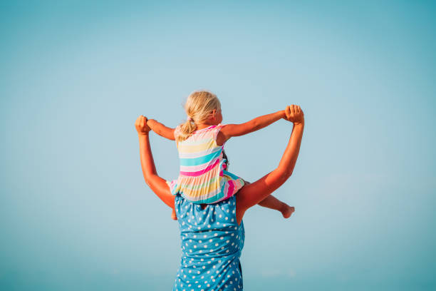 Glückliche Mutter und kleine Tochter spielen am Himmel – Foto