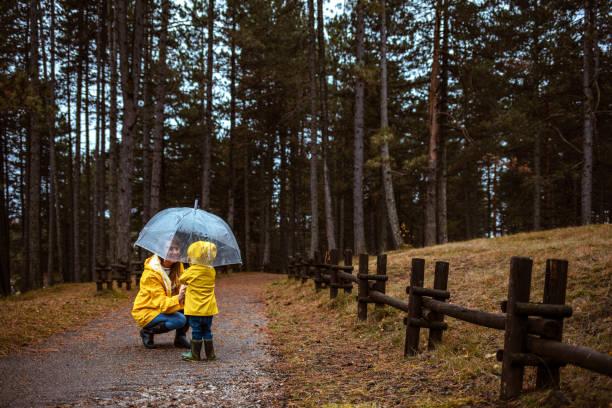 Parapluie heureux de fixation de mère et de fils - Photo