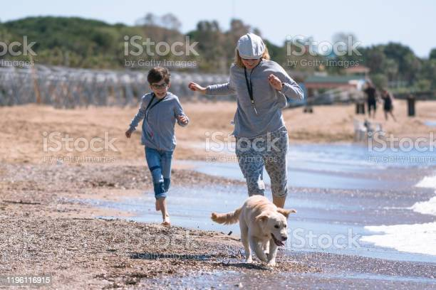 Happy mother and son running wit her dog picture id1196116915?b=1&k=6&m=1196116915&s=612x612&h=t7vks h0bmwyhgurkteie2svrztua wfahzfb4uxmeu=