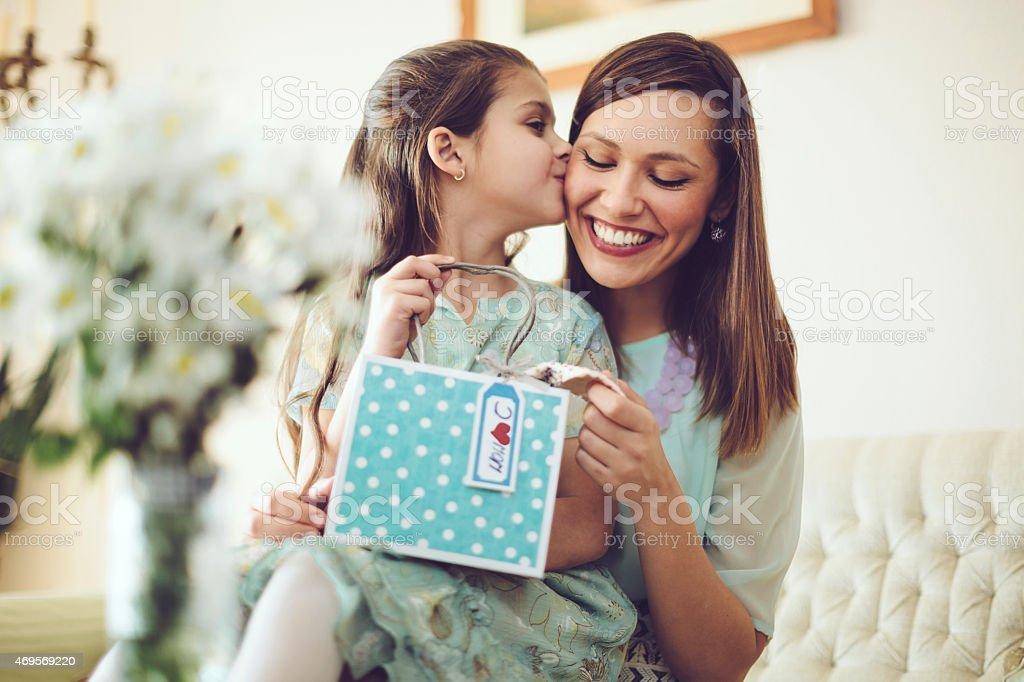 Glückliche Mutter mit ihrer Tochter Posieren – Foto