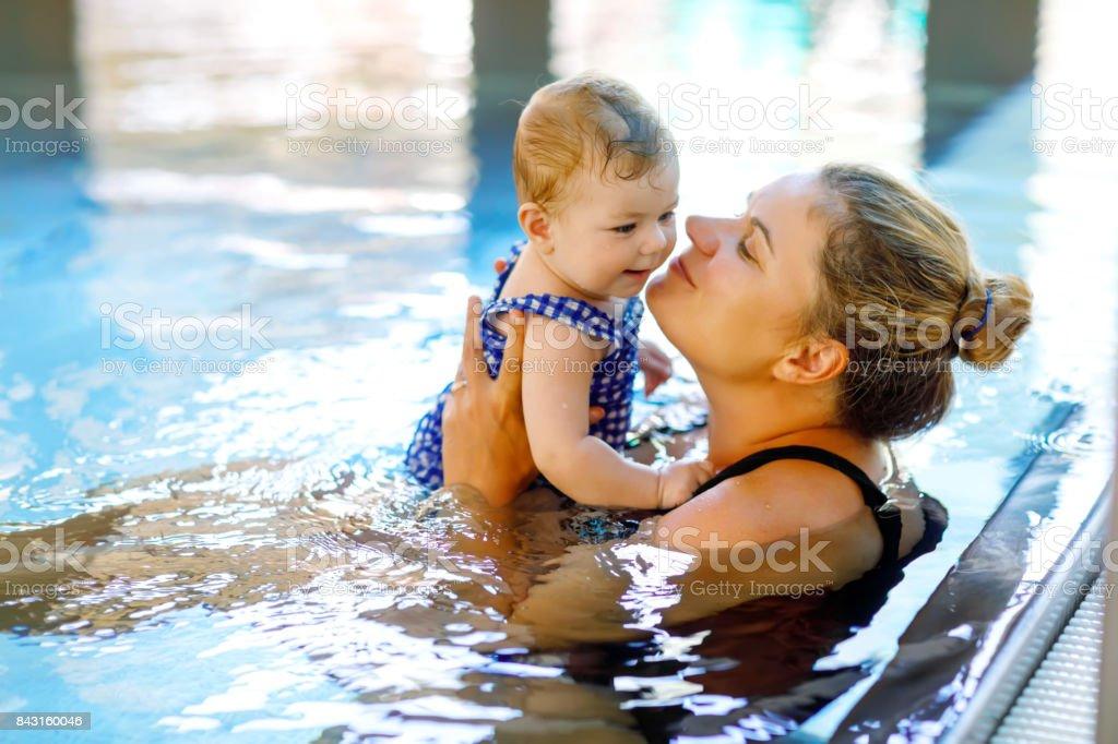 Glückliche Mutter mit cute adorable Baby Mädchen Tochter im Pool schwimmen. – Foto