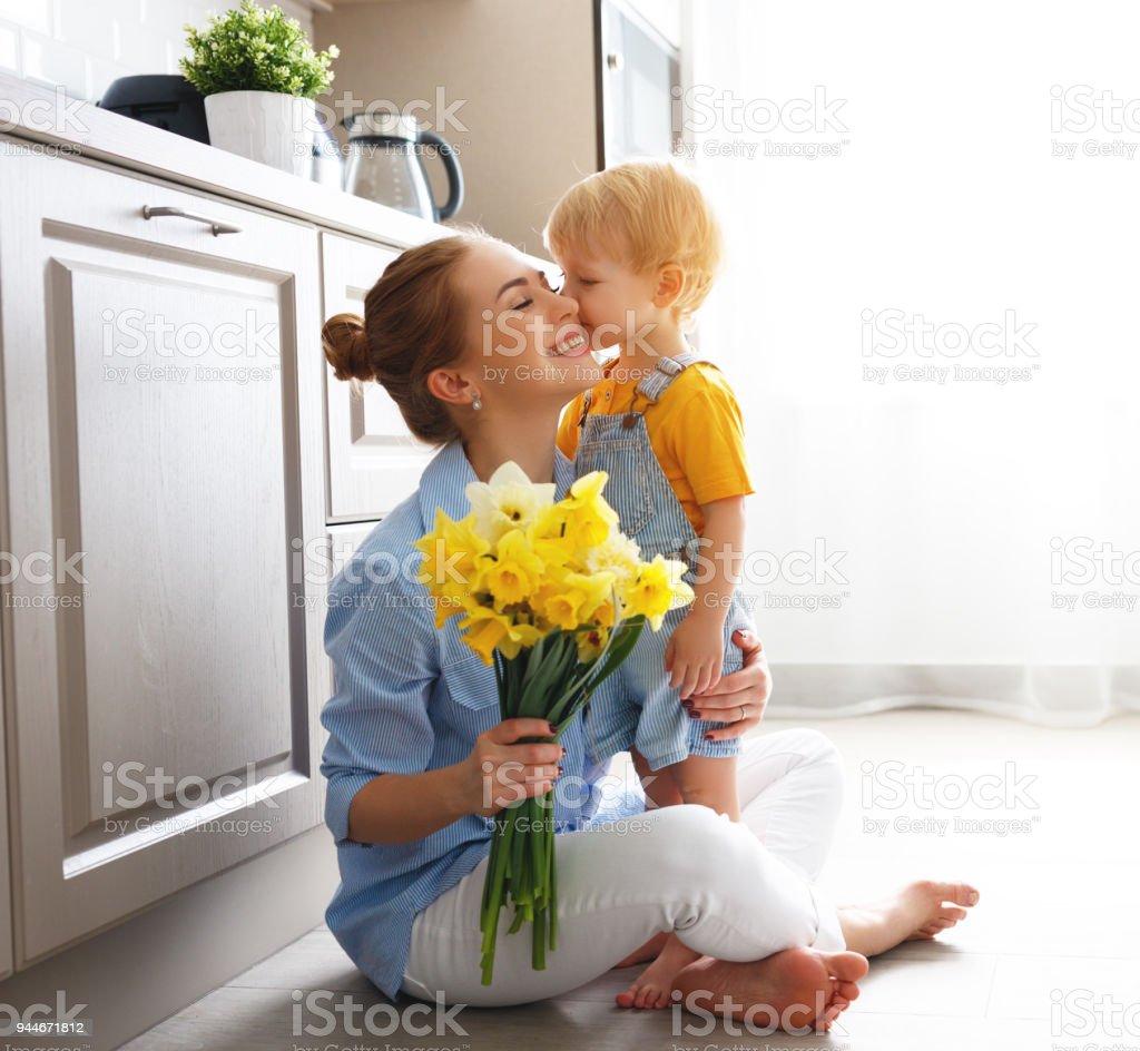 Muttertag! Baby Sohn gibt Flowersfor Mutter im Urlaub – Foto