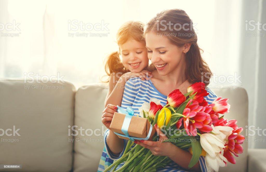 Gelukkige Moederdag Kind Dochter Geeft Moeder Een Boeket