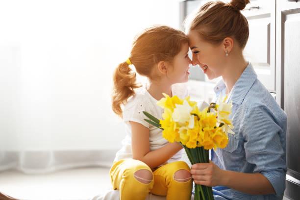 Happy mothers day child daughter gives mother a bouquet of flowers to picture id941590854?b=1&k=6&m=941590854&s=612x612&w=0&h=avrkqppsluh4j4sejim5hzkdexkhuakhcesnz0vdqh4=