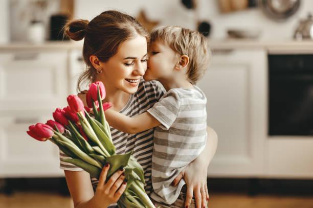 feliz dia das mães! filho criança dá flores para mãe no feriado - mãe - fotografias e filmes do acervo