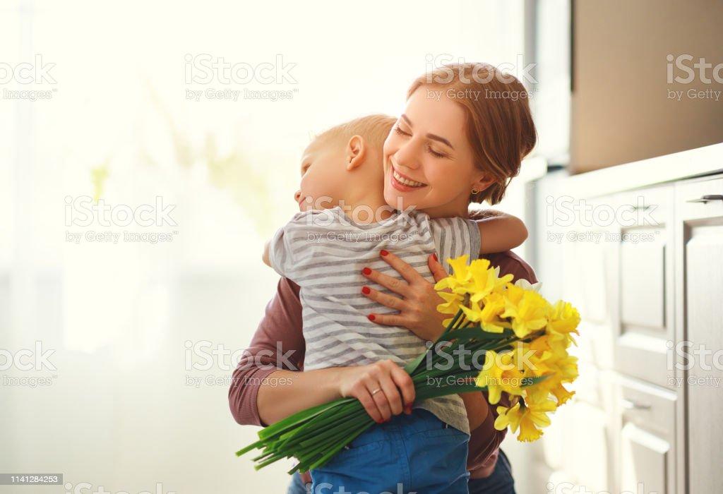 Filho Carinhoso Desejando Feliz Dia Das Mães: Foto De Feliz Dia Das Mães Criança Filho Dá Florespara Mãe