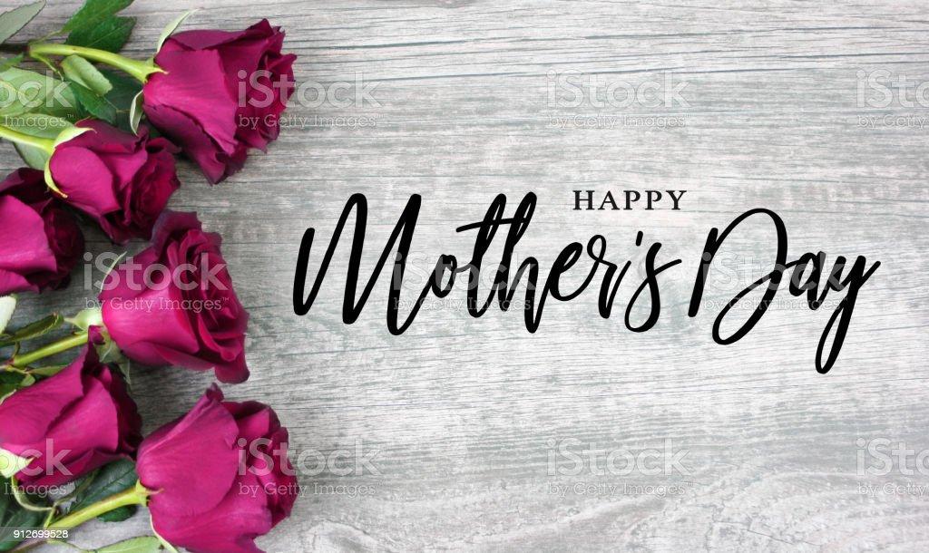 Schönen Muttertag Typografie mit leuchtend rosa Rosen über Holz – Foto