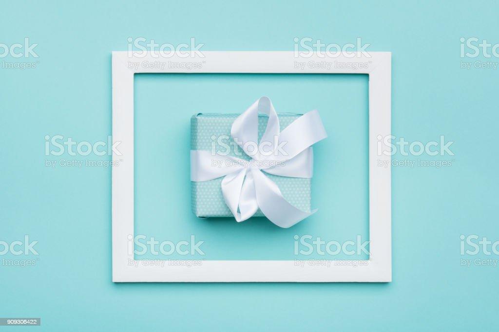 Feliz dia das mães, dia da mulher, dia dos namorados ou aniversário fundo. Azul Candy cor pastel plana colocar conceito mínimo com presente embrulhado lindamente. - foto de acervo