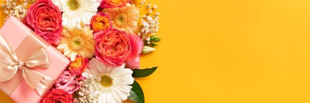 Schönen Muttertag, Frauentag, Banner, Valentinstag oder Geburtstag lebende Korallen und gelb. Floral flach legen Grußkarte mit Beautifuly gewickelt anwesend und Raum zu kopieren. – Foto