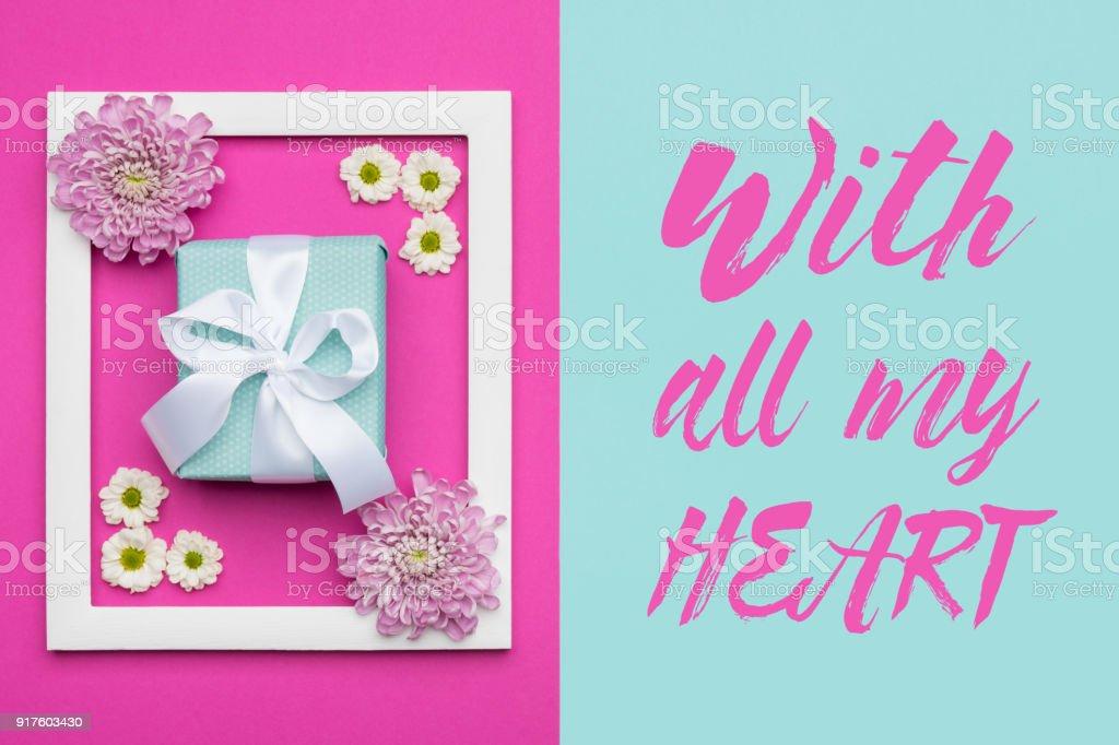 Feliz dia das mães, dia da mulher, dia dos namorados ou aniversário Pastel azul e rosa Candy cor de plano de fundo. Conceito mínimo plana leigo floral com presente embrulhado lindamente. - foto de acervo