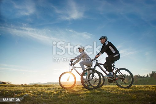 959028830 istock photo Happy mountainbike couple outdoors have fun together on a summer afternoon 838457108