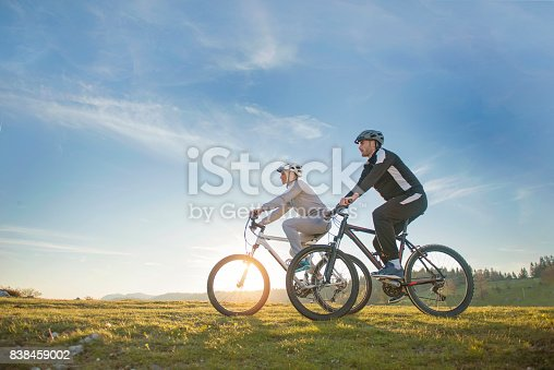 959028830 istock photo Happy mountainbike couple outdoors have fun together on a summer afternoon 838459002