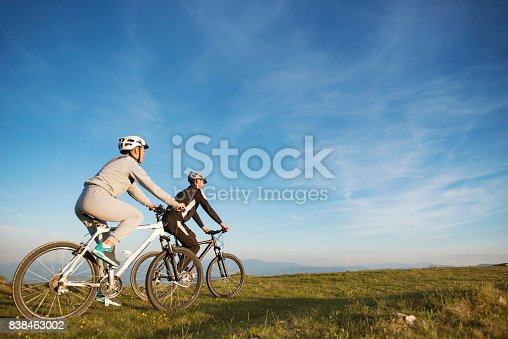 959028830 istock photo Happy mountainbike couple outdoors have fun together on a summer afternoon 838463002