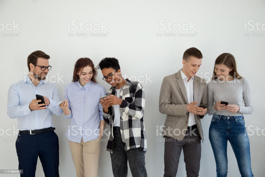 Happy multi ethnic friends or businesspeople using phones talking - Royalty-free A usar um telefone Foto de stock