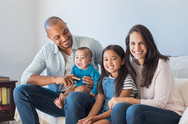 Multiethnische Familienglück auf sofa – Foto