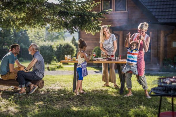 glücklich generationsübergreifende familie genießen im garten-party im hinterhof. - kinderparty spiele stock-fotos und bilder