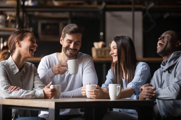 feliz grupo de amigos multirraciales charlando bebiendo té en el café - café bebida fotografías e imágenes de stock