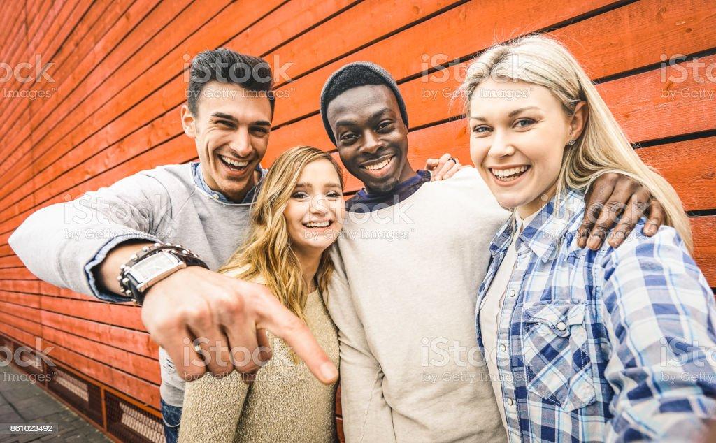 Glücklich multirassische Freunde Gruppe nehmen Selfie mit mobilen Smartphone - junge Hipster Menschen süchtig per Smartphone auf social Network-Community - Lifestyle-Technologie-Konzept auf lebendige Kontrastfilter – Foto