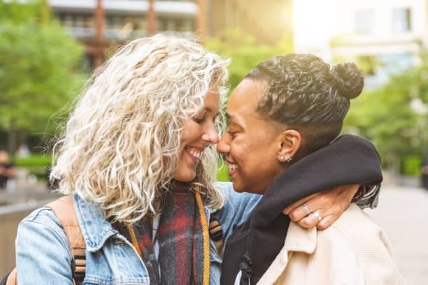 happy multiraciale vriendinnen in de liefde te omhelzen - lesbische stockfoto's en -beelden