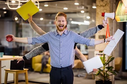 Glücklich Multitaskinggeschäftsmann Mit Vielen Händen Im Büro Stockfoto und mehr Bilder von Arbeiten