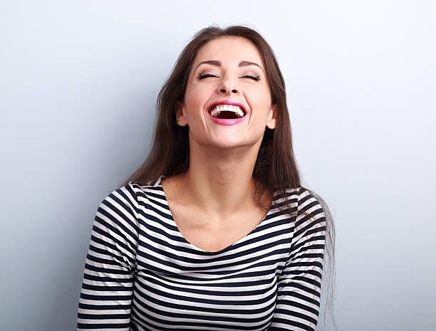 naturale di felice ridendo giovane casual donna con la bocca larga aperta - smile woman open mouth foto e immagini stock