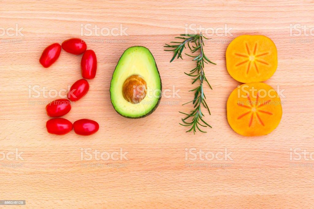 Frohes neues Jahr 2018 gemacht von Gemüse, Kräutern und Früchten auf hölzernen Hintergrund – Foto