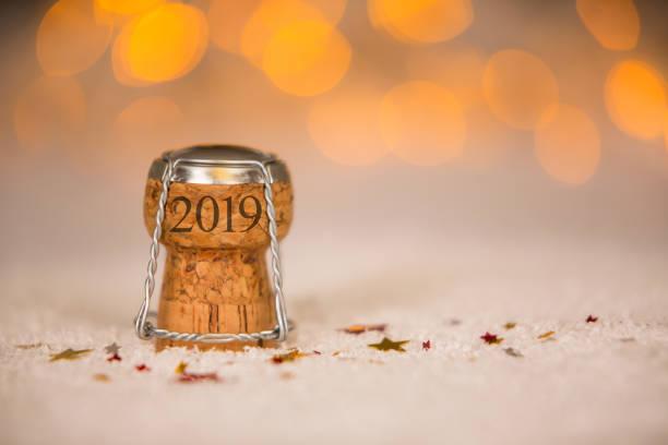 glückliches neues jahr 2019 kork auf dem schnee - ideen für silvester stock-fotos und bilder
