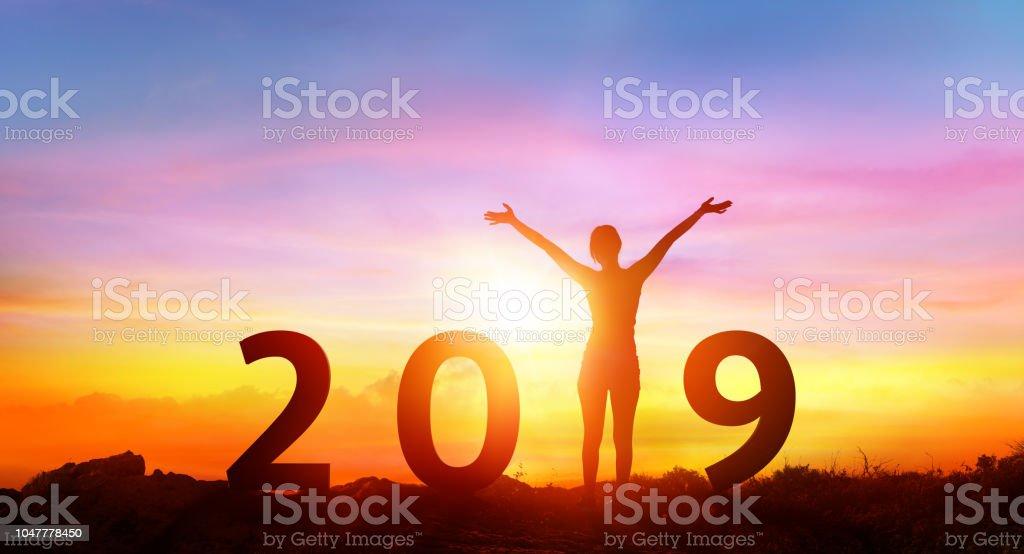 Frohes neues Jahr 2019 - Happy Girl mit Zahlen bei Sonnenaufgang – Foto