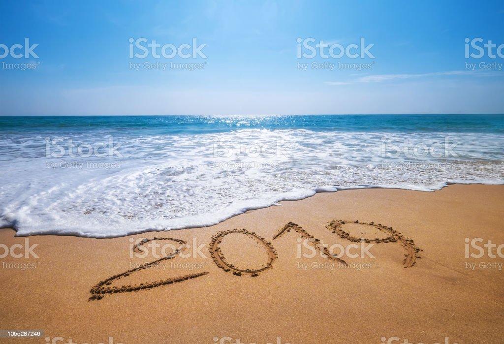 Glückliches neues Jahr 2019 kommt Konzept sandigen tropischen Ozean Strand Schriftzug Konzept Bild und – Foto