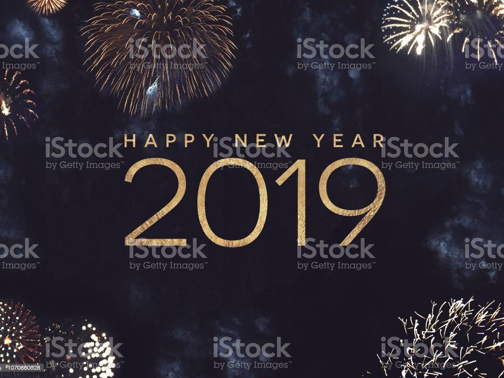 Feliz ano novo texto de 2019 com ouro fogos de artifício no céu noturno - foto de acervo
