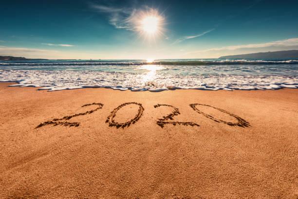 Frohes neues Jahr 2020 Konzept, Schriftzug am Strand. Sonnenaufgang – Foto