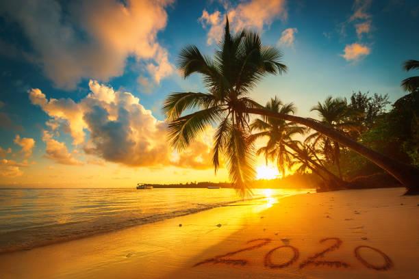 Frohes neues Jahr 2020 Konzept, Schriftzug am Strand. Sonnenaufgang im Meer. Punta Cana – Foto