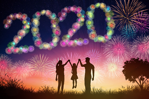 Happy New Year 2020 Concepts Family Watching Fireworks On Hill — стоковые фотографии и другие картинки 2020