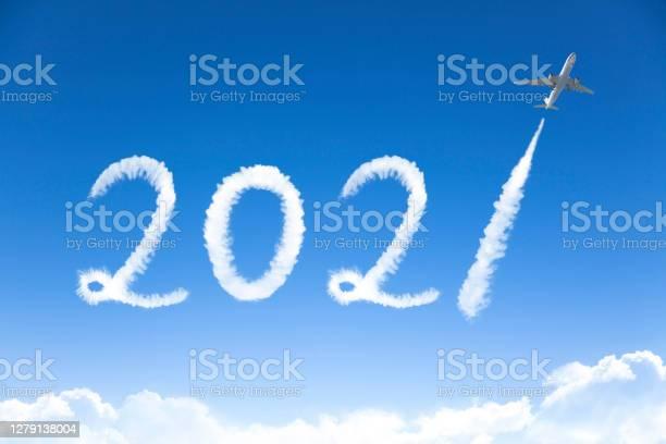 Счастливый Новый Год 2021 Концепции Облако Рисунок Самолетом В Небе — стоковые фотографии и другие картинки 2021