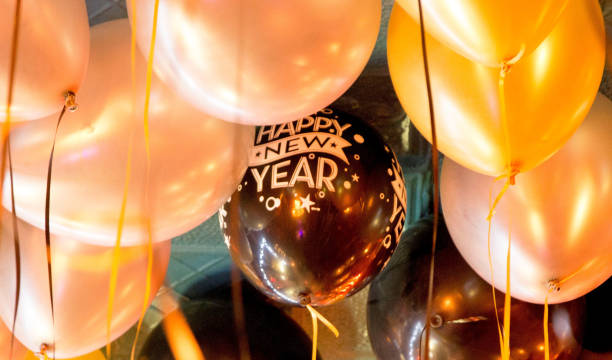 frohes neues jahr mit ballons - new york new year stock-fotos und bilder