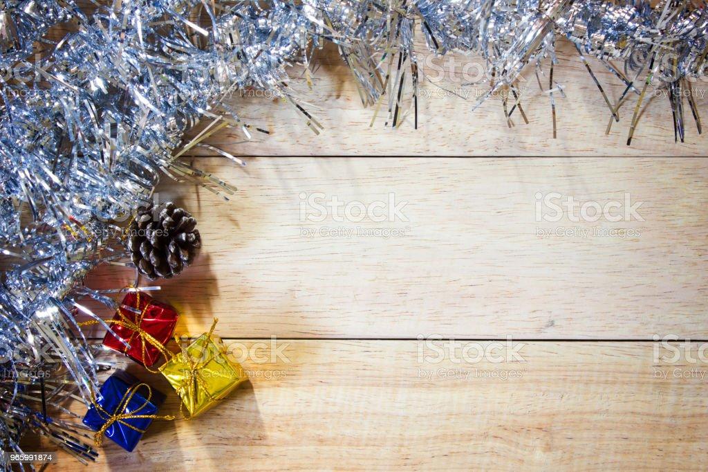 Gelukkig Nieuwjaar geschenkdoos en Kerst presenteert in gouden vakken aan houten tafel. Flat lag met kopie ruimte. - Royalty-free Begrippen Stockfoto