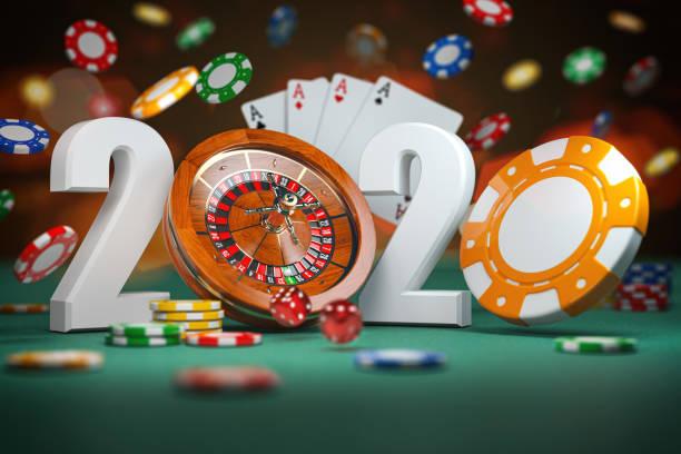 2020 Frohes Neues Jahr im Casino. Zahlen 2020 von Roulette und Casino-Chips mit Würfeln und Karte auf grünem Tisch. – Foto