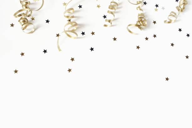 feliz año nuevo o cumpleaños festiva composición. confeti de oro y brillantes estrellas sobre fondo blanco de mesa. celebración, concepto del partido. vista plana endecha, superior. espacio vacío de la copia. - año nuevo fotografías e imágenes de stock