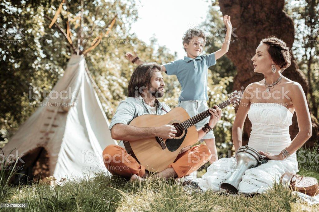 Família feliz cantando e dançando - foto de acervo