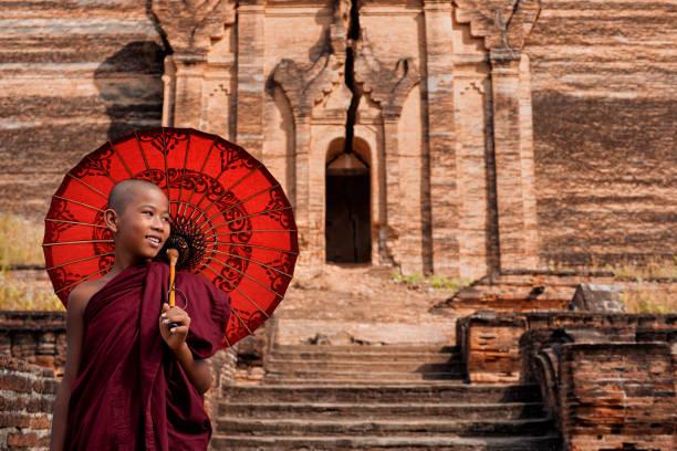 Glücklicher Novice Buddhistischer Mönch in den antiken Ruinen der Mingun-Pagode in Sagaing, Mandalay, Myanmar (Birma) – Foto