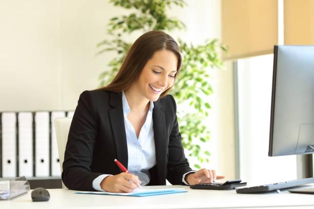 happy office werknemer berekenen en schrijven begroting - snavel stockfoto's en -beelden