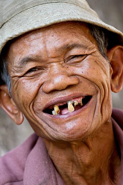 glückliches alter asiatischer mann - zahnlücke stock-fotos und bilder