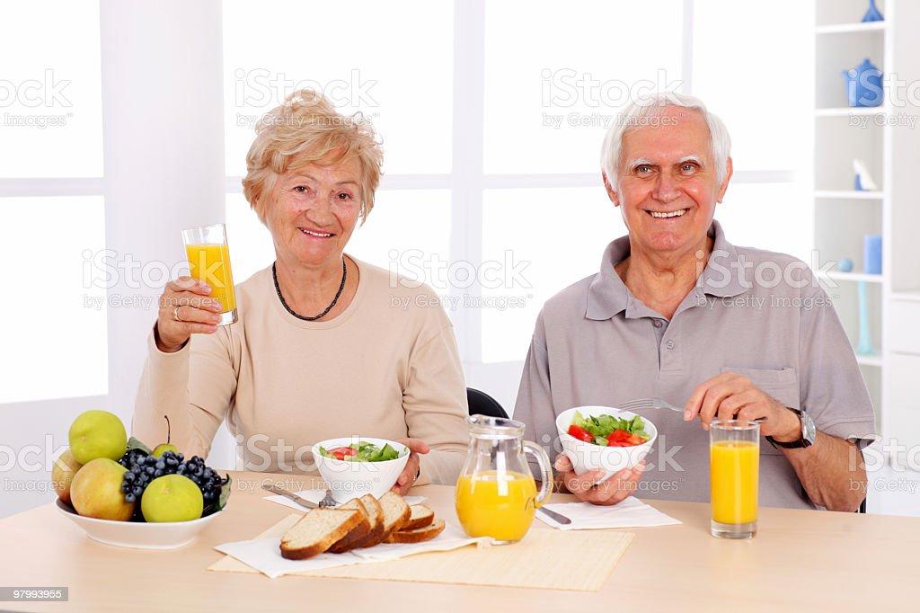 Happy old couple eating healthy breakfast. royalty free stockfoto
