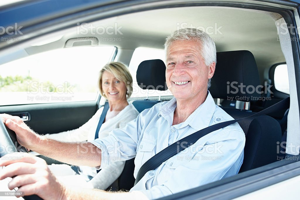 Glückliche ältere Paar reisen mit dem Auto – Foto