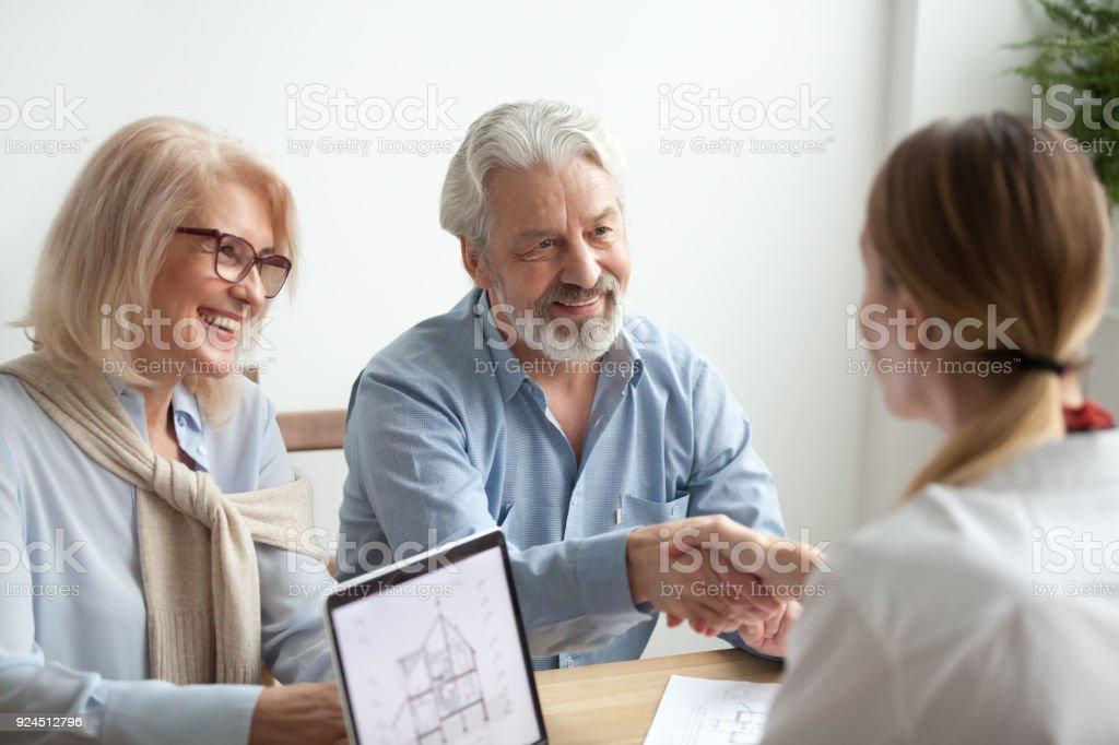 Ältere Familienglück und Grundstücksmakler Handschlag neue Haus kaufen – Foto