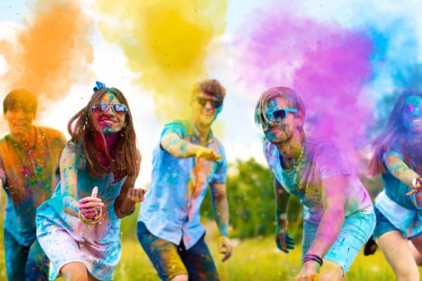 happy outdoor holi festival feest in het voorjaar - traditioneel festival stockfoto's en -beelden