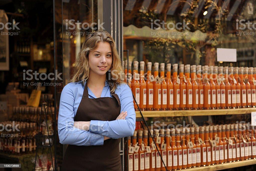 Feliz propietario de una tienda de bebidas alcohólicas - foto de stock