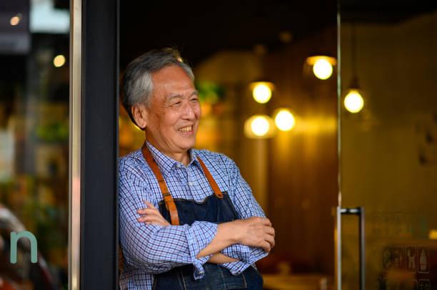 Glücklicher Besitzer mit gekreuzten Armen im Restaurant – Foto