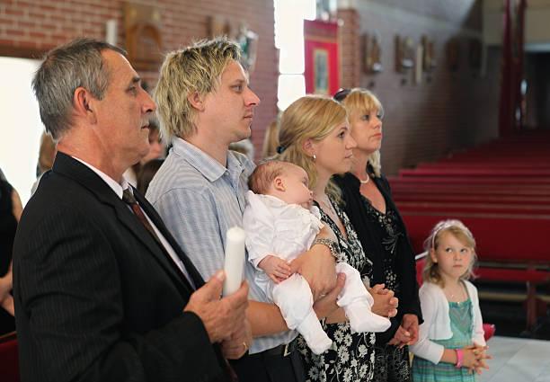 счастливый родителями и бабушками и дедушками бесплатно ждут крещение с маленький мальчик - крещение стоковые фото и изображения